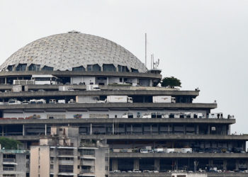 """View of the Bolivarian National Intelligence Service (SEBIN) headquarters, known as """"El Helicoide"""", in Caracas, on May 9, 2019. - Conceived in 1956 as a commercial centre, with a five-star hotel and heliport, the largest SEBIN detention centre El Helicoide is a monumental pyramidal building built on a hill. (Photo by STR / AFP)"""