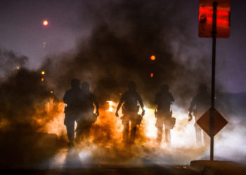 Police use tear gas to disperse protesters during a demonstration in Minneapolis, Minnesota, on May 29, 2020, over the death of George Floyd, a black man who died after a white policeman kneeled on his neck for several minutes. - Violent protests erupted across the United States late on May 29 over the death of a handcuffed black man in police custody, with murder charges laid against the arresting Minneapolis officer failing to quell seething anger. (Photo by Chandan KHANNA / AFP)