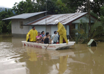 Costa Rican Red Cross workers evacuate people from their flooded homes near Sixaola, Costa Rica, on the border with Panama, Monday, Nov. 24, 2008.  Heavy rains have caused flooding and landslides in southern Costa Rica and western Panama forcing thousands of people to flee the area. (AP Photo/La Nacion, Marvin Carvajal)  **  COSTA RICA OUT  **  NO SALES  **